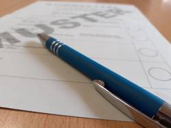 Wahlschein mit Kugelschreiber Symbolbild