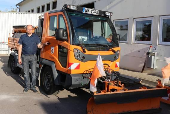 Bauhofleiter Dennis Eckert am Räumfahrzeug ©Stadt Schönebeck