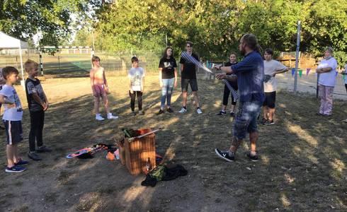 """Ronald Walkoff, genannt Gaukler Syri, zeigte den angehenden Feuer - Künstlerinnen und Künstlern die sogenannten """"Basics"""" der Jonglage und führt nun in mehreren Workshops die Kids in die Kunst des Jonglierens ein."""