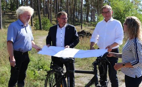 Foto v.l.n.r: Frithjof Meussling, Bert Knoblauch, Markus Bauer, Jana Reichmann im Gespräch und beim Betrachten der Bauunterlagen
