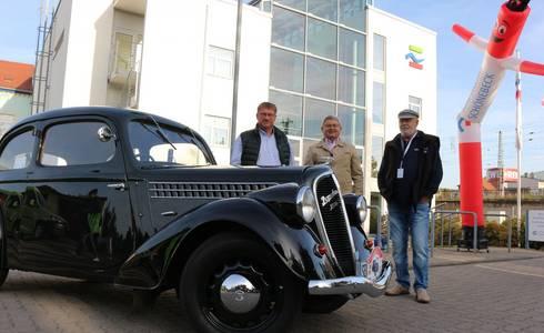(Foto: Bert Knoblauch, Friedrich Husemann , Helmut Marx hinter einem 80 Jahre alten Skoda Popular 1100 OHV von Besitzer Stephan Spandau.