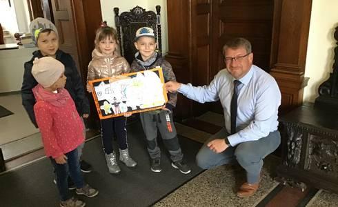 """Die Kinder der Kita """"Knirpsenland"""" des AWO Kreisverband Salzland e.V. überbrachten neben den fröhlichen Gratulations- und Glückwünschen auch ein gemaltes Bild zur gewonnenen Oberbürgermeisterwahl."""