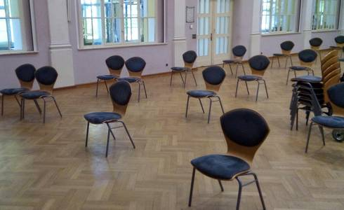 Dr. Tolberg-Saal mit Stühlen leer