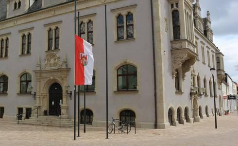 Rathaus Stadtflagge halbmast ©Stadt Schönebeck